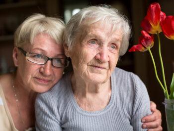 Bild på äldre mor och dotter