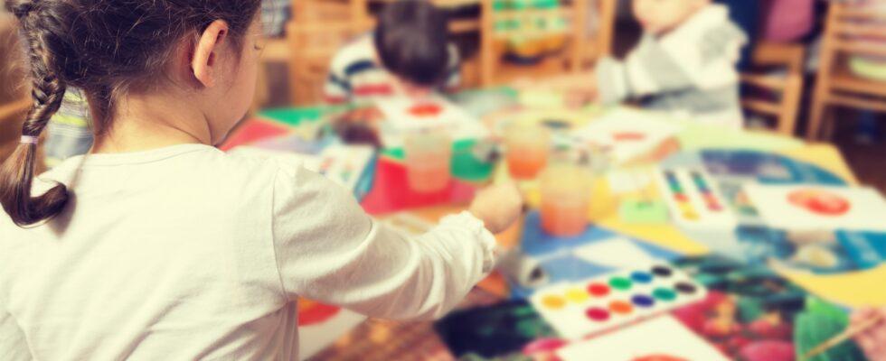 En flicka målar med vattenfärger.