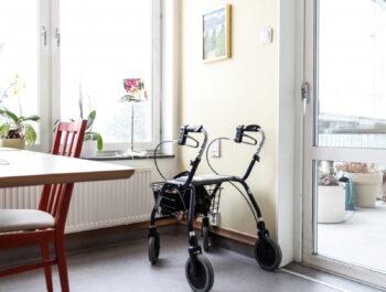 Bild på rollator på äldreboende