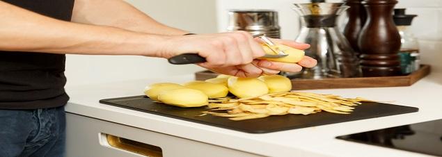 Bild på hjälp att skala potatis