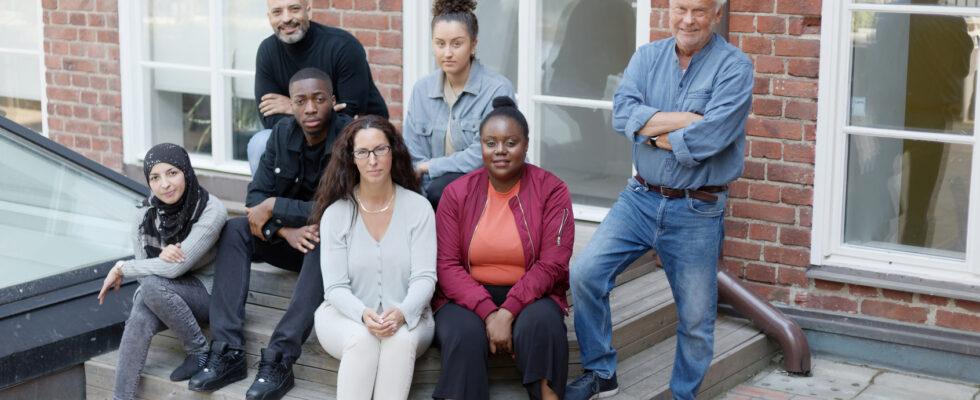 Bild på elever med olika etnicitet på skolgård