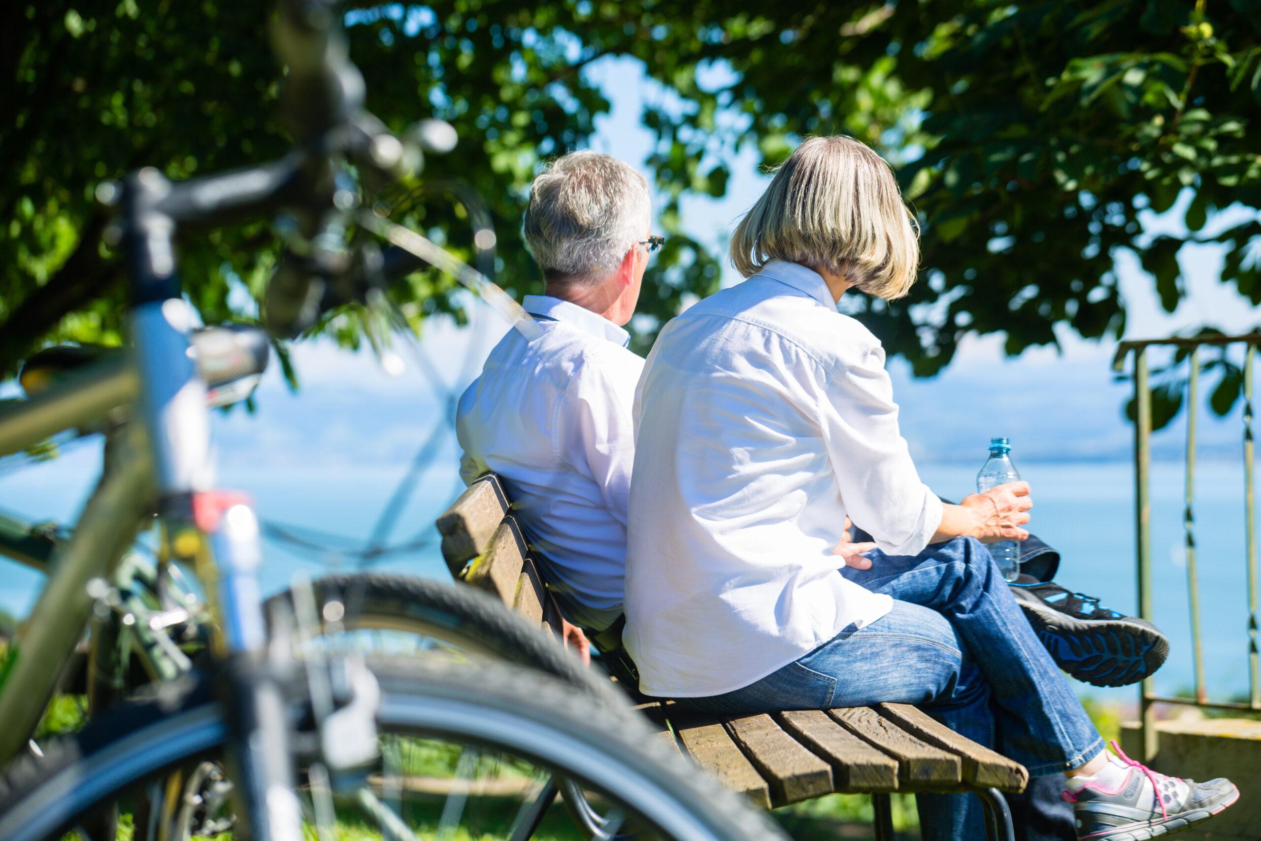 Äldre par på bänk