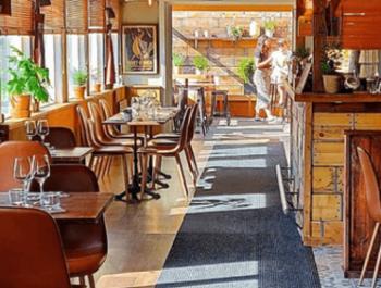 Bord och stolar i en restaurang