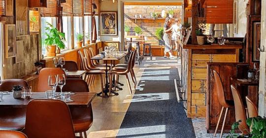 Bord och stolar på en restaurang