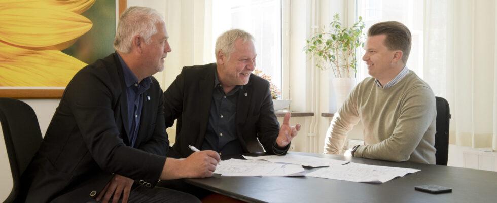 Tre män i ett möte