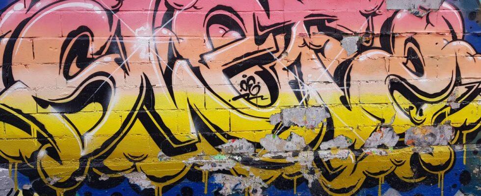 Graffitimålning på en mur.