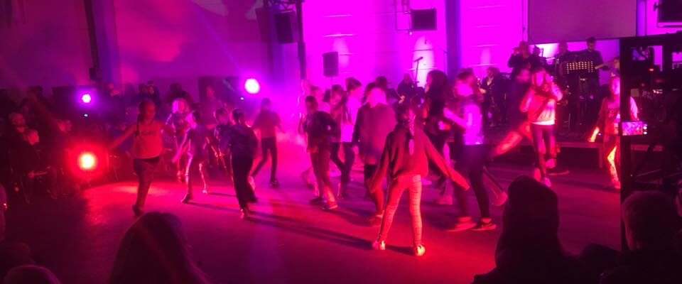 Barn dansar i discoljus