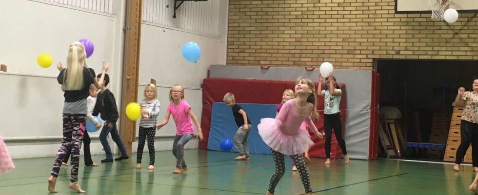 Barn leker med ballonger