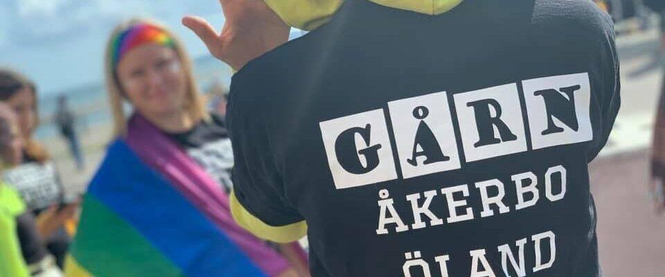 Person iklädd t-shirt med texten Gård, Åkerboskolan, Öland.